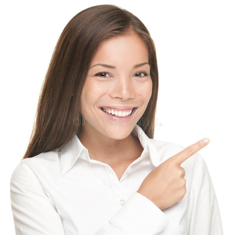 La donna che indica il ritratto ha isolato immagini stock