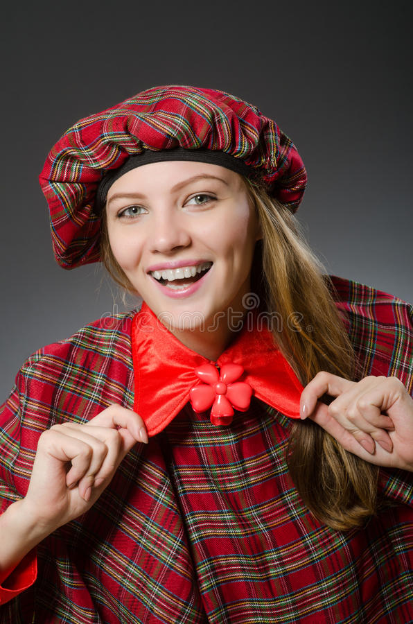 La donna che indossa abbigliamento scozzese tradizionale immagine stock libera da diritti