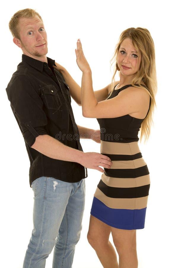La donna che mette la sua mano su in uomo il fronte fotografie stock
