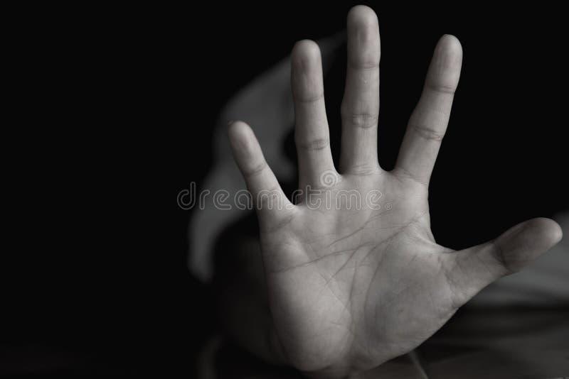 La donna che non fa NON o FERMA il gesto con la mano, droghe di arresto, violenza di arresto contro i bambini, ferma la violenza  fotografia stock