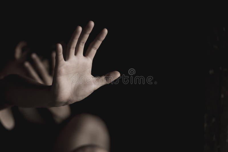 La donna che non fa NON o FERMA il gesto con la mano, droghe di arresto, violenza di arresto contro i bambini, ferma la violenza  immagini stock