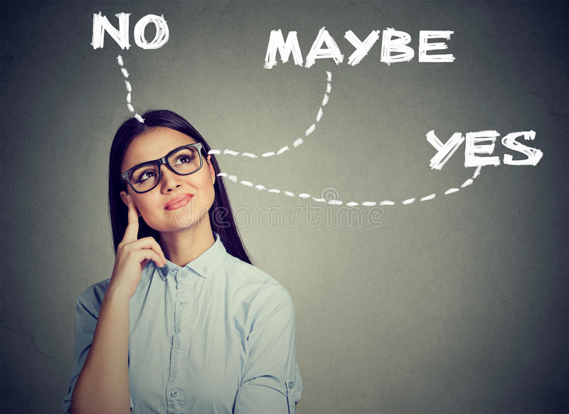 La donna che pensa operando una scelta ha dubbi fotografia stock