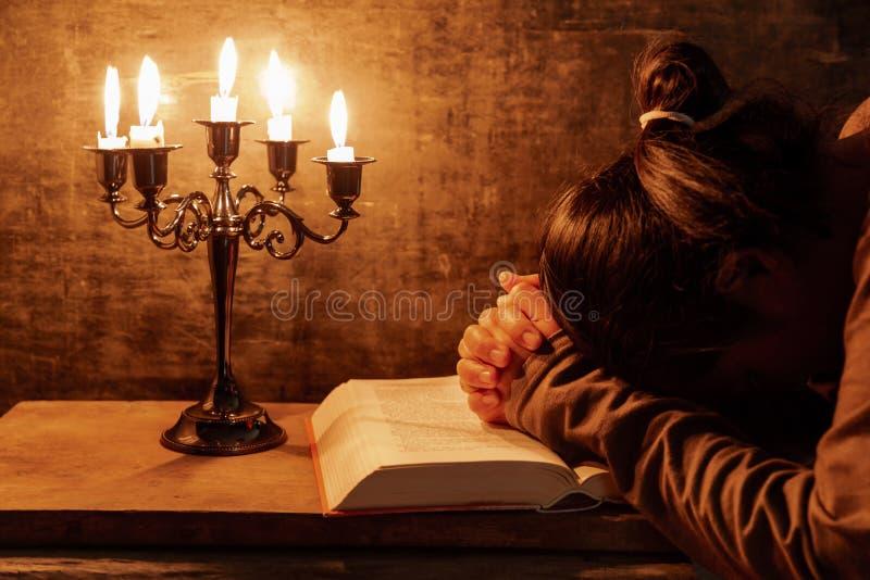 La donna che prega, mani ha afferrato insieme sulla sua bibbia fotografie stock libere da diritti