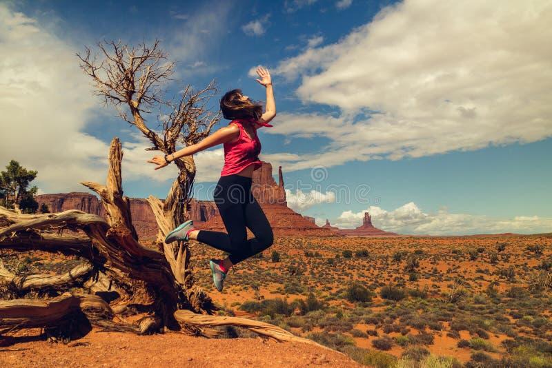 La donna che salta, espressione felice Viaggio della valle del monumento fotografia stock