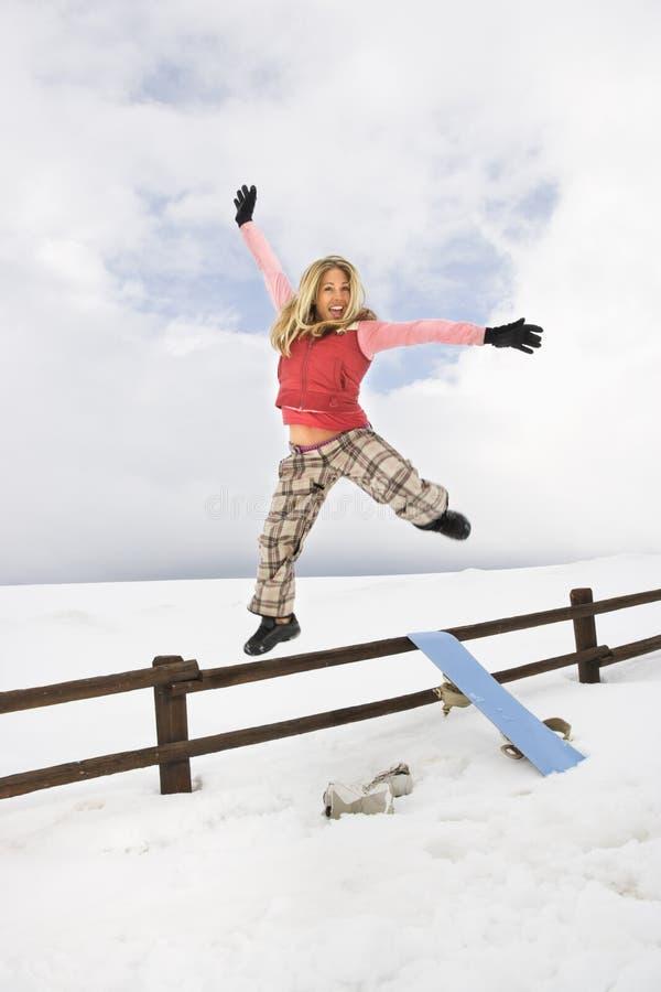 La donna che salta felicemente. immagine stock libera da diritti