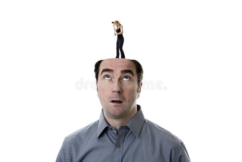 La donna che si infuria il ontop di uomo la testa fotografie stock libere da diritti