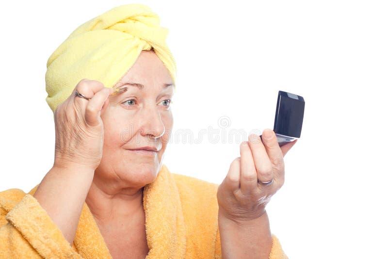 La donna coglie le sopracciglia immagini stock
