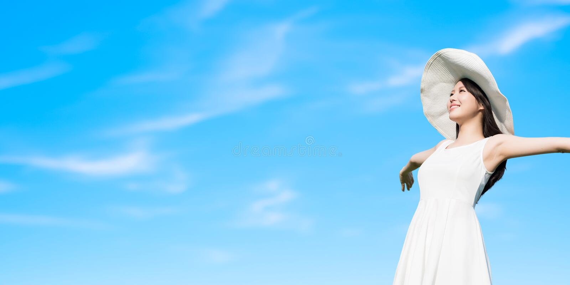 La donna con blu lancia immagine stock