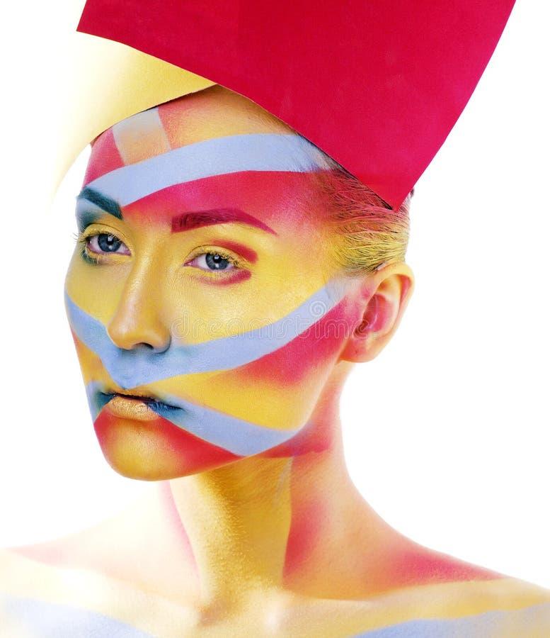 La donna con la geometria creativa compone, rosso, giallo, primo piano blu fotografie stock libere da diritti