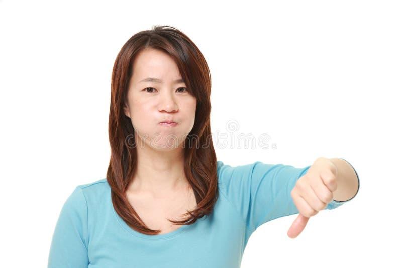 La donna con i pollici giù gesture immagine stock libera da diritti