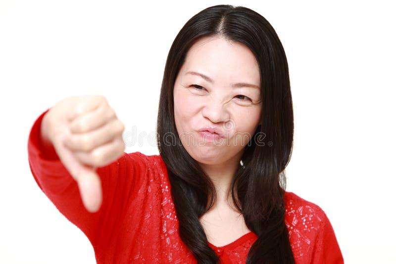 La donna con i pollici giù gesture immagini stock