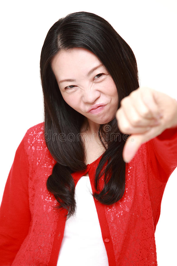 La donna con i pollici giù gesture fotografie stock libere da diritti