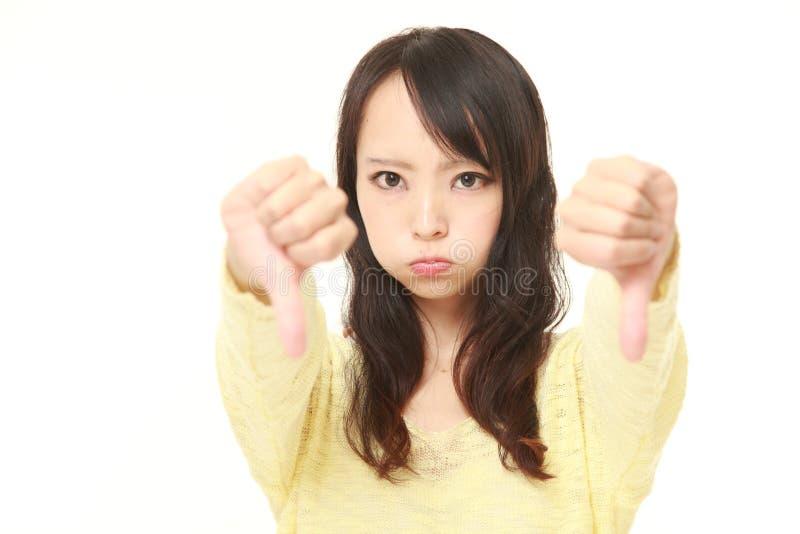 La donna con i pollici giù gesture immagini stock libere da diritti