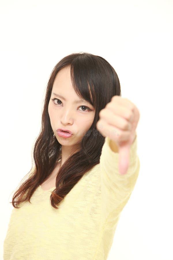 La donna con i pollici giù gesture fotografia stock