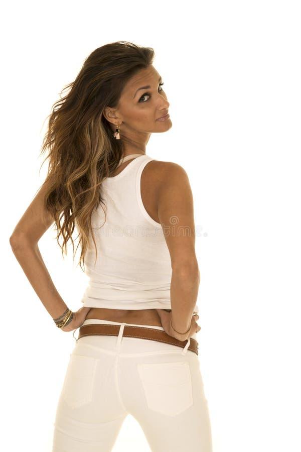 La donna con i vestiti scuri di bianco e della pelle sta guardante indietro fotografia stock