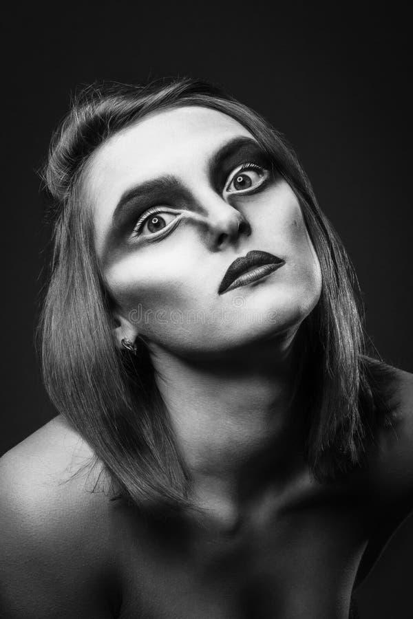La donna con il corvo compone il ritratto fotografia stock
