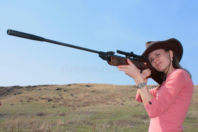 La donna con il fucile fotografie stock