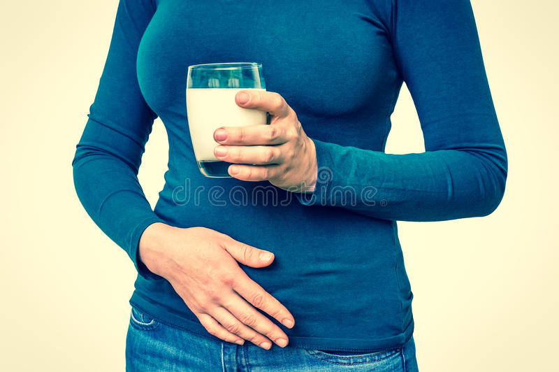 La donna con il problema del lattosio sta soffrendo dal mal di stomaco fotografia stock libera da diritti