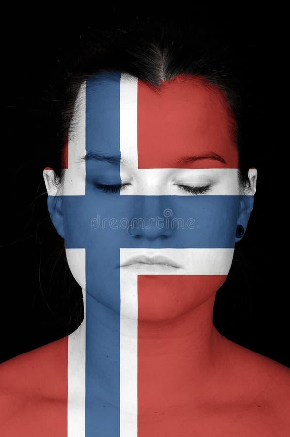 La donna con la bandiera della Norvegia ha dipinto sul suo fronte. fotografie stock
