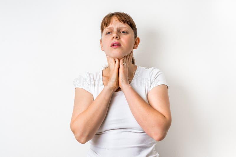 La donna con la ferita della gola sta tenendo la sua gola facente male fotografie stock libere da diritti