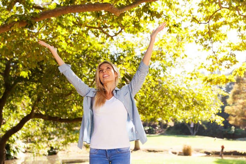 Download La Donna Con Le Braccia Si Apre Immagine Stock - Immagine di denim, attraente: 55361549