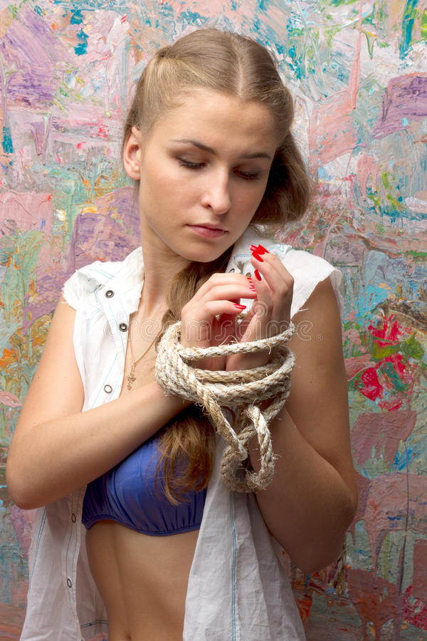 La donna con le mani si avvicina a variopinto immagini stock