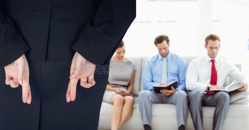 La donna con le sue dita ha attraversato arrivare ad un'intervista in una società immagini stock libere da diritti