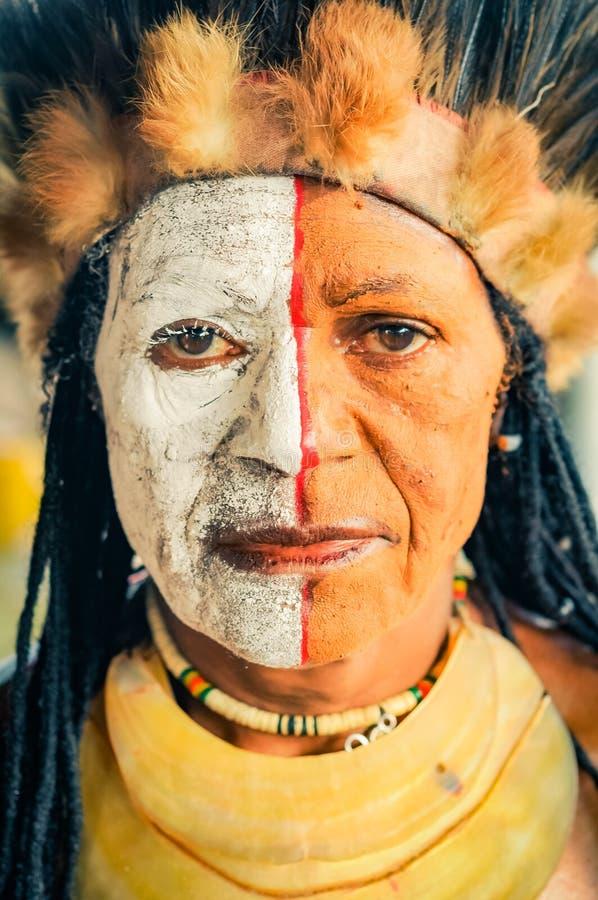 La donna con marrone osserva in Papuasia Nuova Guinea fotografia stock libera da diritti