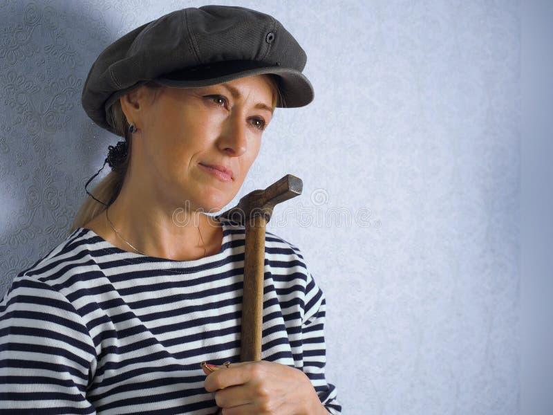 La donna con un martello immagini stock libere da diritti