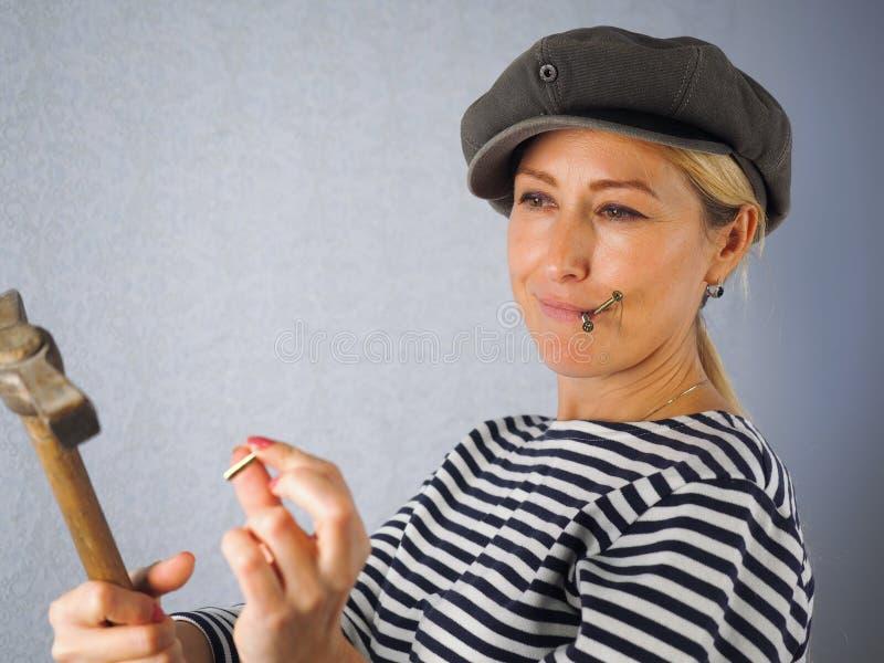 La donna con un martello fotografie stock libere da diritti