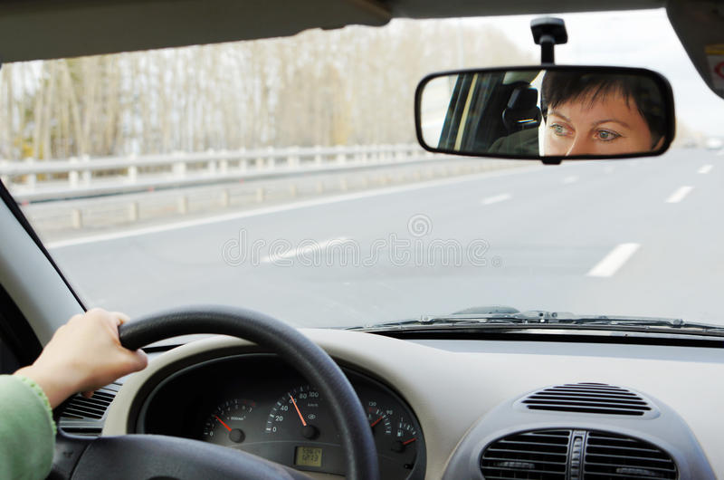 La donna conduce un'automobile sulla strada principale immagine stock libera da diritti