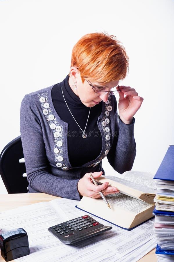 La donna conta le tasse fotografia stock