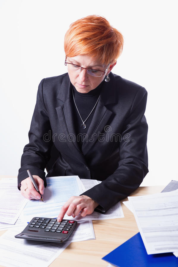 La donna conta le tasse fotografia stock libera da diritti