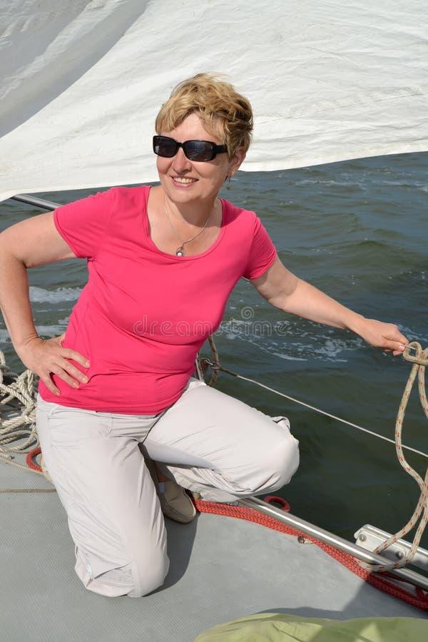 La donna contro lo sfondo di una vela Viaggio dell'yacht del mare fotografie stock