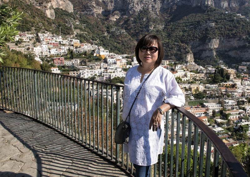 La donna coreana in vacanza sul modo a Positano, un villaggio e il comune su Amalfi costeggiano, nella campania, l'Italia immagine stock libera da diritti
