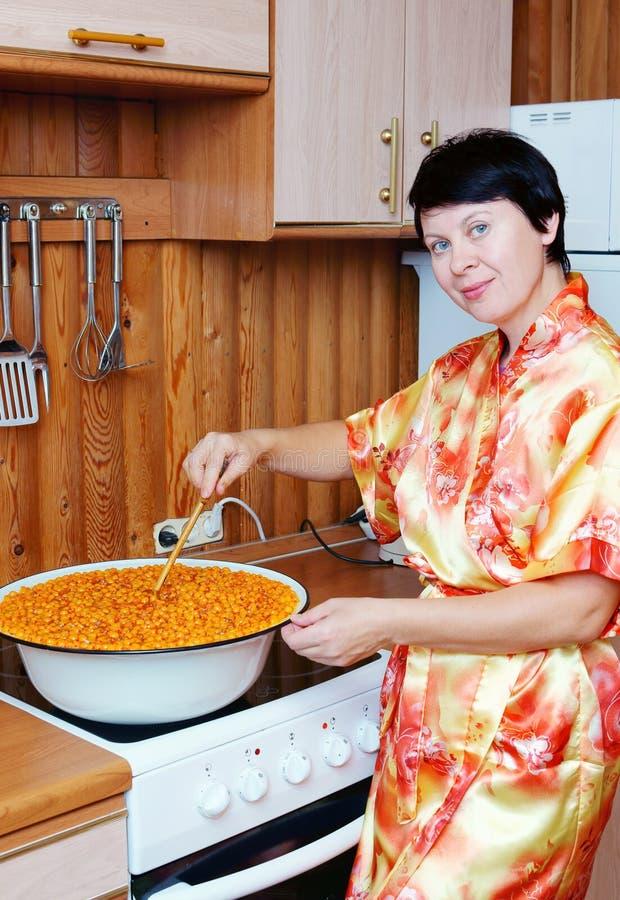 La donna cucina un'ostruzione fotografia stock libera da diritti