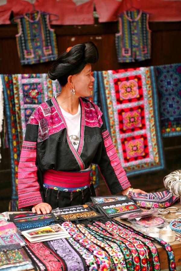 La donna dai capelli lunghi della gente di Yao vende i ricordi ai turisti fotografia stock