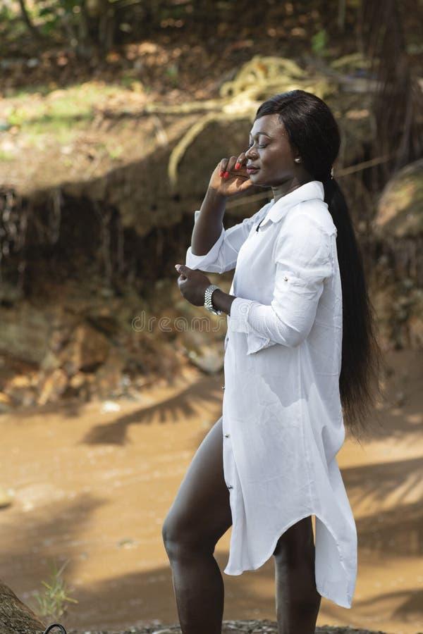 La donna dal Ghana ammira il mare immagine stock