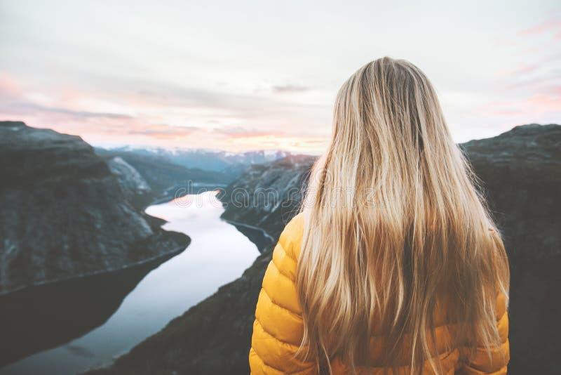 La donna dei capelli biondi da solo in montagne del tramonto avventura lo stile di vita fotografia stock libera da diritti