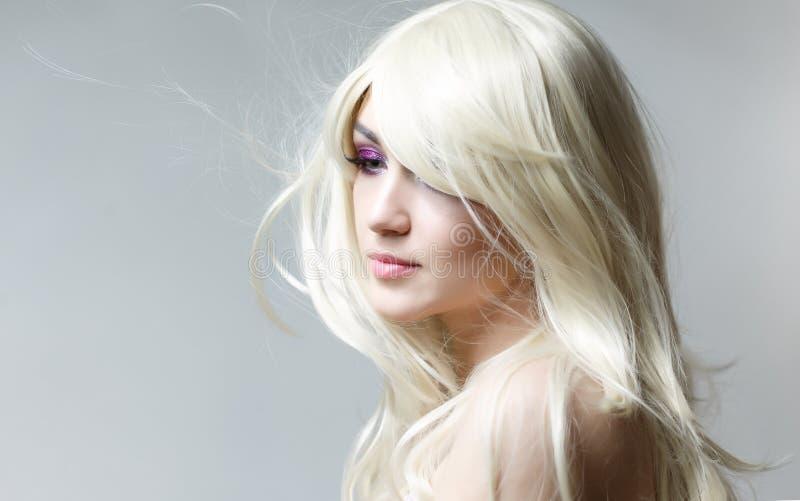 La donna del modello di moda alla luce, ritratto di bello modello con trucco fluorescente, progettazione di arte variopinta compo immagini stock