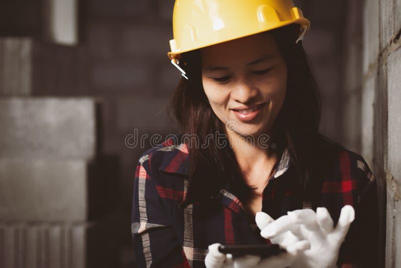 La donna dell'Asia che lavora al sito lavora con felice immagine stock libera da diritti