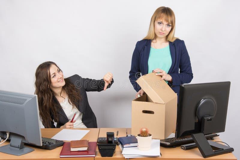 La donna dell'ufficio con un gesto umiliante ha sconvolto il collega allontanato fotografie stock libere da diritti