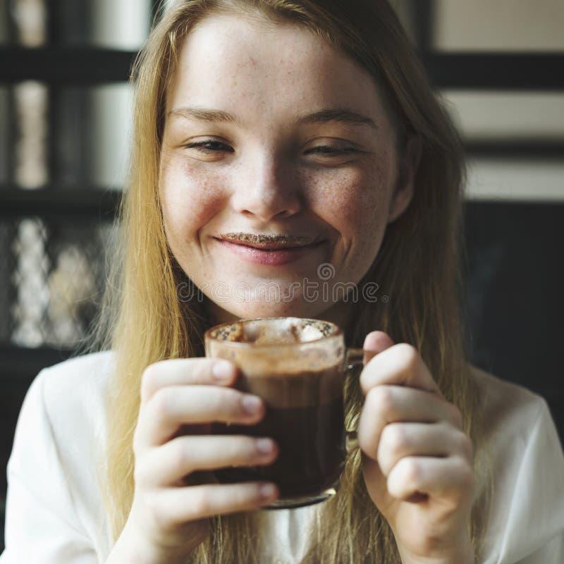La donna della gioventù beve il concetto saporito della cioccolata calda fotografia stock libera da diritti