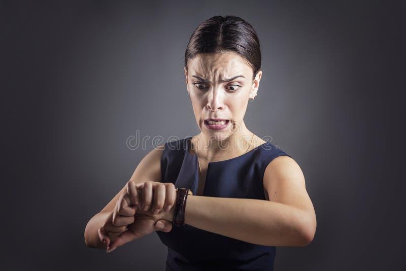 La donna di affari è in ritardo immagini stock libere da diritti