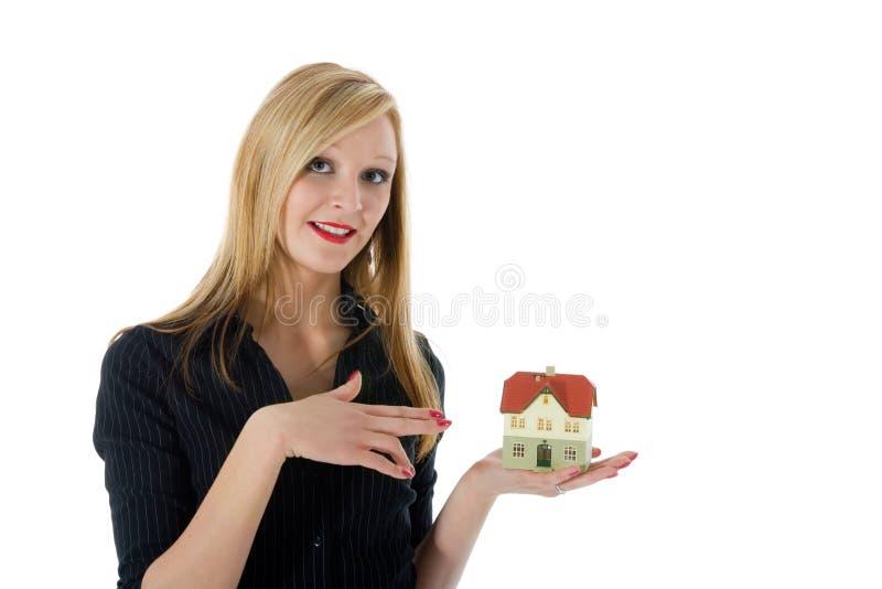 La donna di affari annuncia il bene immobile immagine stock