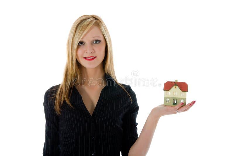 La donna di affari annuncia il bene immobile immagini stock libere da diritti