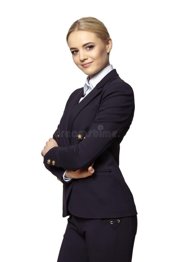 La donna di affari bionda attraente sta con le mani attraversate fotografie stock