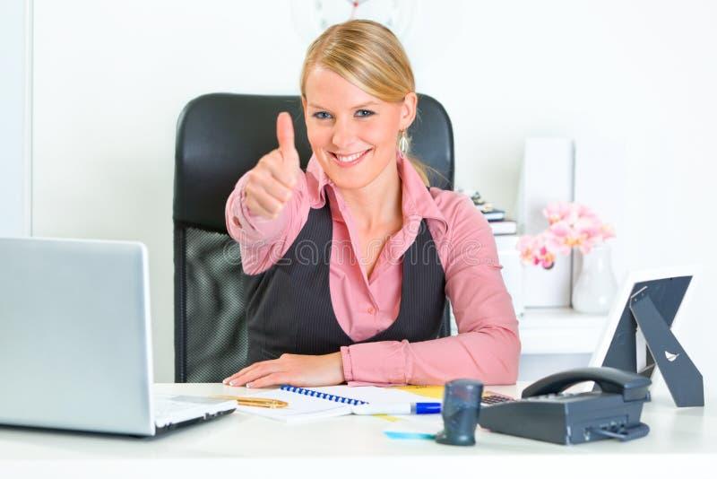 La donna di affari che mostra i pollici aumenta il gesto fotografie stock libere da diritti