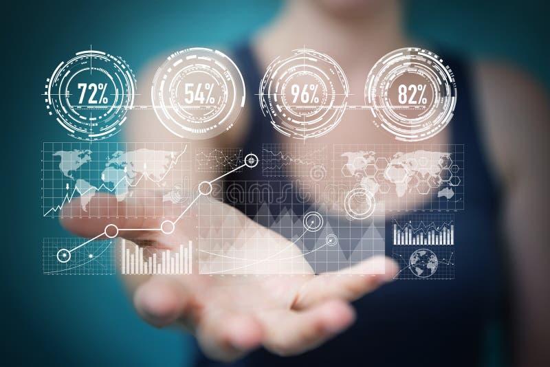 La donna di affari che per mezzo degli schermi digitali con i dati 3D degli ologrammi si strappa royalty illustrazione gratis