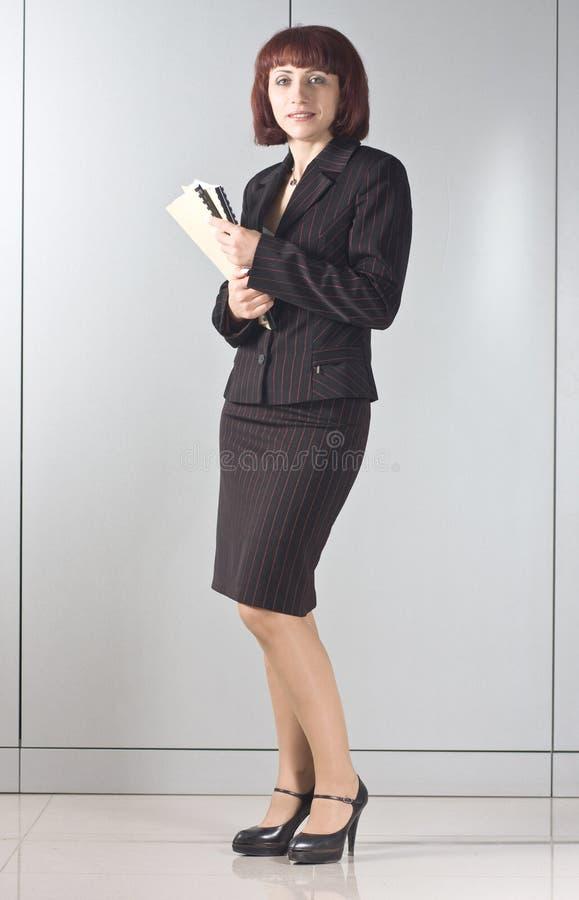 Download La Donna Di Affari Con I Dispositivi Di Piegatura In Mani Immagine Stock - Immagine di personale, successo: 7306899